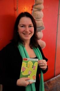 Initiatiefnemer Daphne Wiersma, met de eerste bundel van de GGZ-dichters. Foto: Peter le Nobel