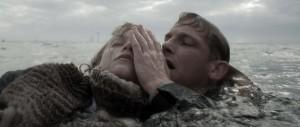 Julia wordt gered door de jonge luchtmachtsergeant Aldo. Filmstill uit De Storm.