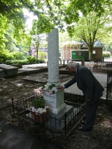 Op 17 juli heeft een delegatie van het bestuur van het Louis Couperus Genootschap de Rosa Metamorfoze geplant op het graf van Louis Couperus op Oud Eik & Duinen in Den Haag.