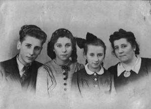 Het gezin Meijaard in Kloetinge, tijdens de periode dat vader gevangen zat. V.l.n.r. Cor, Hannelore, Marga en Olga Othilde (de vrouw van Jan Meijaard). Uit collectie Hannelore Meijaard