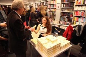 Deborah Klaassen tijdens de signeersessie van haar debuut. Foto: Peter le Nobel