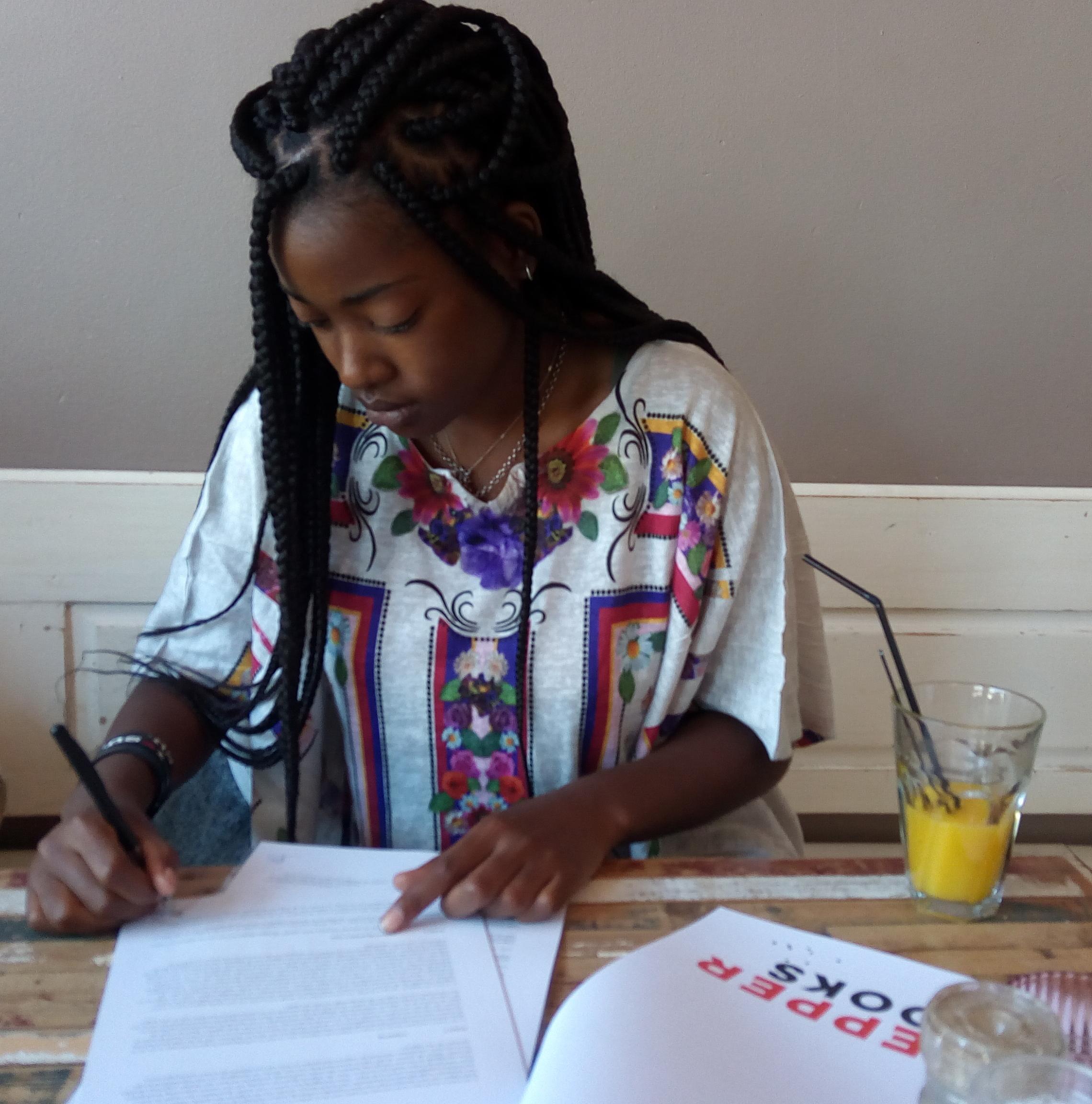 Performance-artiest Schiavone Simson (20) tekent boekcontract bij Pepper Books