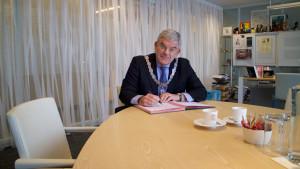 Burgemeester Jan van Zanen ondertekent het bidbook.