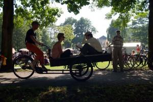Rondgereden worden op een bakfiets terwijl een dichter voor je voordraagt? Het kan op festival In Vervoering.