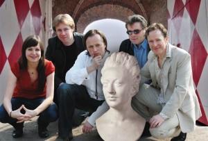 Het Utrechts Dichtersgilde bezoekt Slot Zuylen, met v.l.n.r. Ellen Deckwitz, Ingmar Heytze, Ruben van Gogh, Chretien Breukers en Alexis De Roode. Foto: Nadine Ancher