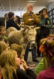 Een heuse ezelin liep door selexyz broese om een kinderboek onder de aandacht te brengen. Foto Ramon Mosterd.