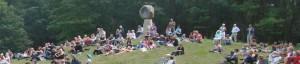 Het festival is op de speelweide bij het beeld 'Blick in den Stein' in Schoonoord.